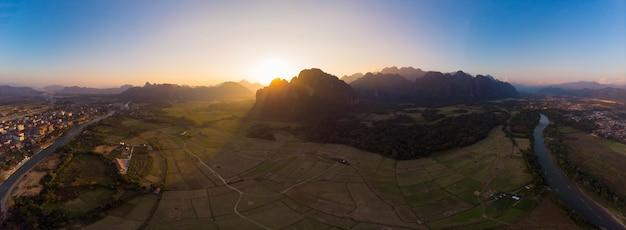 Aereo: vang vieng destinazione di viaggio con zaino e sacco a pelo in laos Foto Premium