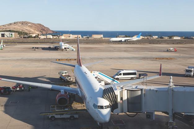 Aeroplani sulla pista, preparando a decollare e volare. aeroporti e viaggi in base al concetto di aereo. Foto Premium