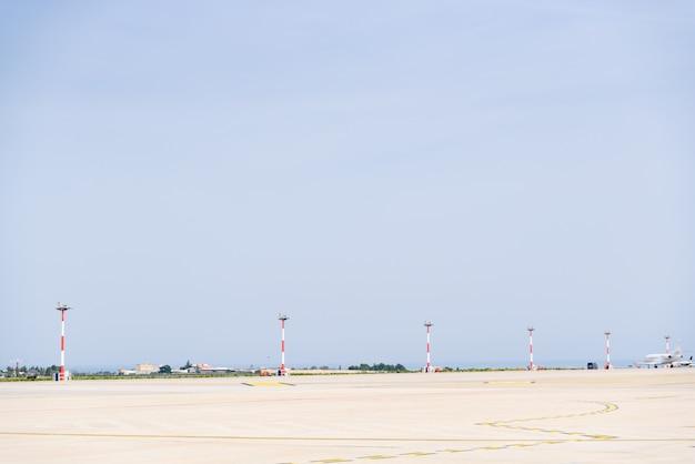 Aeroplano che rotola giù una pista dell'aeroporto. Foto Premium