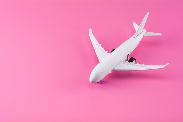 Aeroplano di modello su fondo di carta rosa. Foto Premium