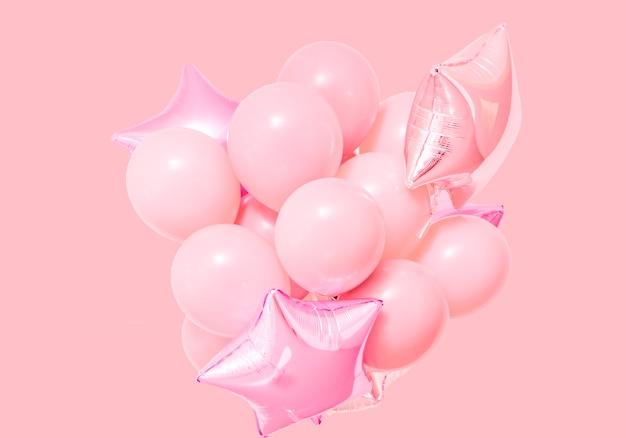 Aerostati di compleanno rosa su sfondo rosa con mockup Foto Gratuite