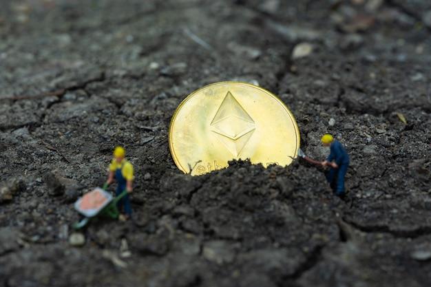 Affari e finanza, minatori che lavorano nella miniera di bitcoin. bit moneta criptovaluta, bancario, trasferimento di denaro, tecnologia aziendale Foto Premium