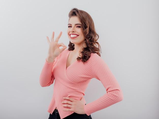 Affascinante signora sorridente in un maglione Foto Premium