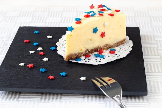 Affetti la cheesecake normale di new york sul bordo dell'ardesia. Foto Premium