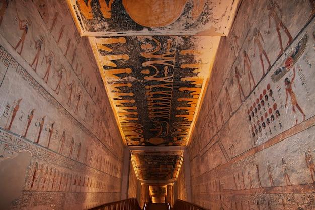 Affreschi nell'antica necropoli valle dei re a luxor Foto Premium