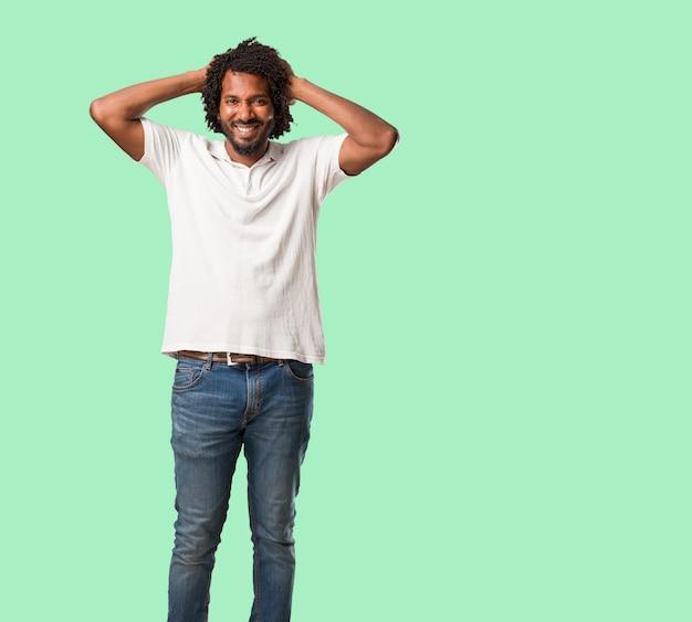 Afroamericano bello pazzo e disperato, grida fuori controllo Foto Premium