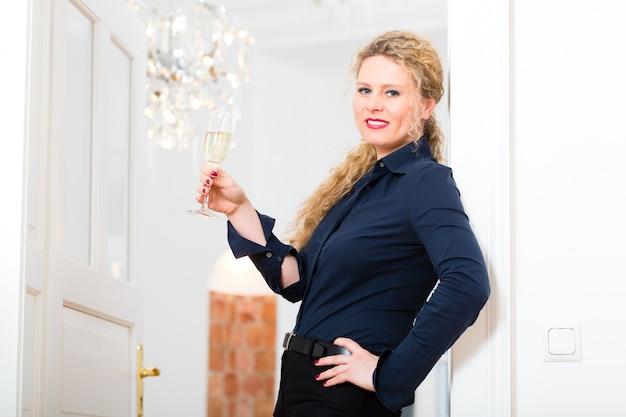 After hour - donna a casa con spumante Foto Premium