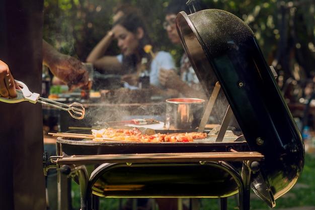 Afternoon party, barbecue e arrosto di maiale Foto Premium