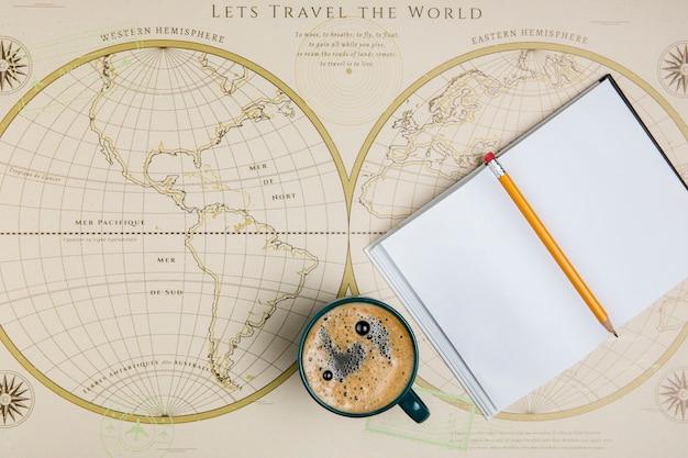 Agenda vista dall'alto e mappa del mondo Foto Gratuite