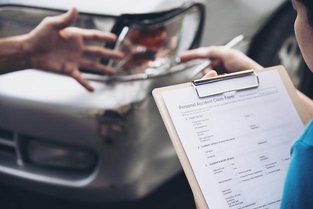 Agente assicurativo che lavora durante il processo di reclamo in loco in caso di incidente d'auto, persone e assicurazione auto Foto Gratuite