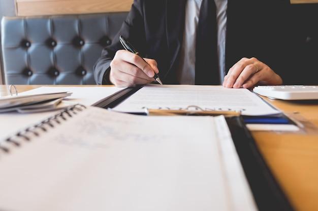 Agente di sviluppo immobiliare e firma il documento con le chiavi della nuova casa Foto Premium