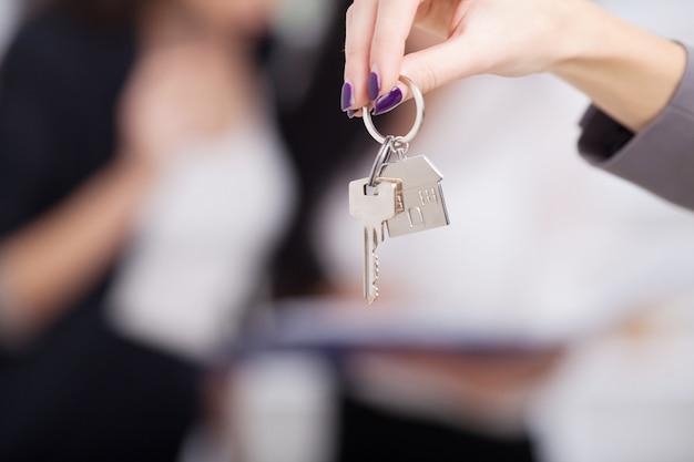 Agente immobiliare che fornisce le chiavi di casa a un cliente Foto Premium