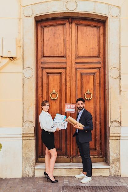 Agenti immobiliari in posa alla porta principale Foto Gratuite