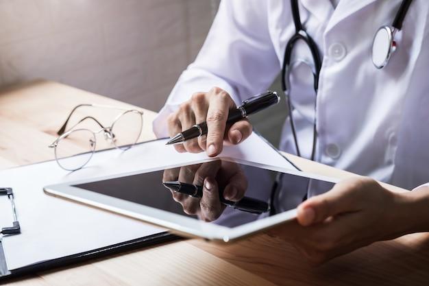 Aggiusti l'uso della compressa digitale nel concetto dell'ospedale, di sanità e della medicina. Foto Premium