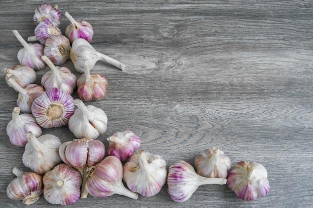 Aglio colorato su sfondo grigio. cibo biologico, raccolto vista dall'alto, copia spazio. Foto Premium