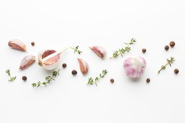 Aglio ed erbe allineati sul tavolo Foto Gratuite