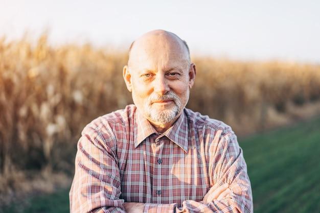 Agricoltore adulto che controlla le piante nella sua fattoria. Foto Premium