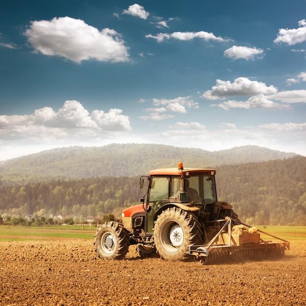 Agricoltura con trattore Foto Premium
