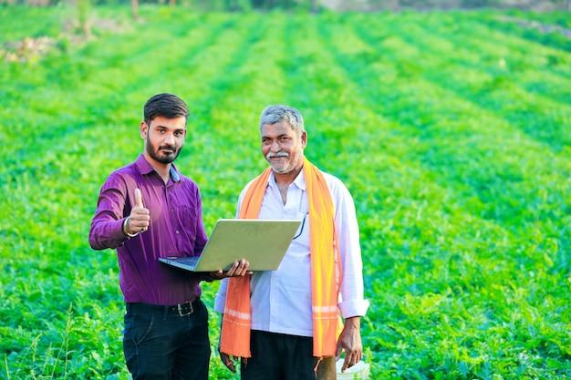 Agronomo indiano con contadino in campo Foto Premium