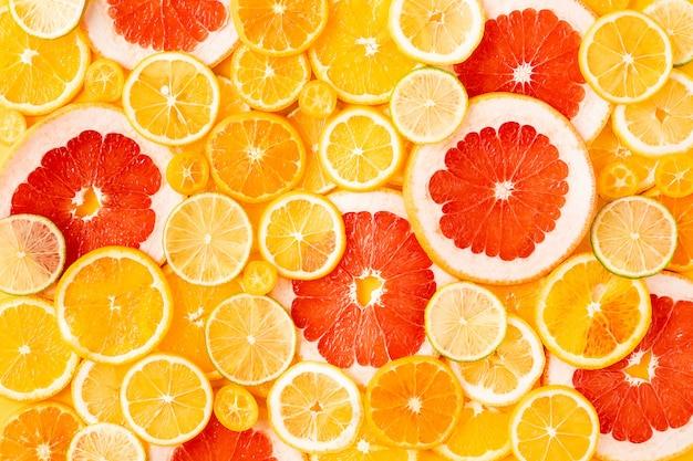 Agrumi misti affettati, concetto di alimentazione sana, disintossicazione, dieta, vista dall'alto e flatlay. Foto Premium