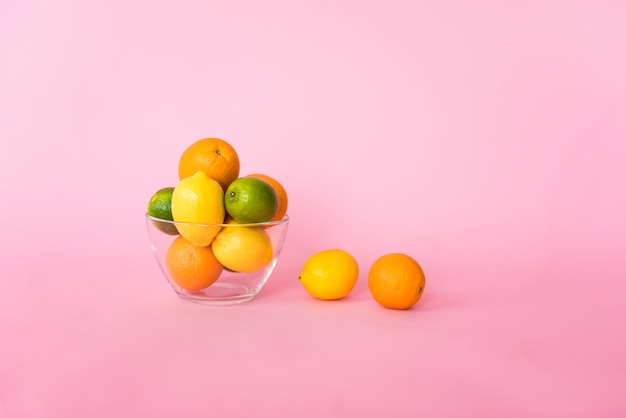 Agrumi saporiti variopinti isolati su fondo rosa. vitamina c, energia e parte di una dieta sana. Foto Premium