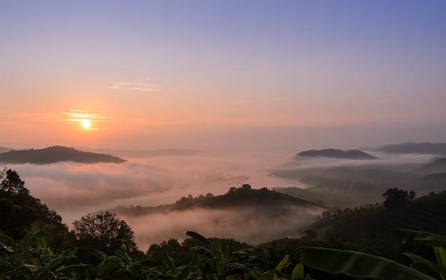 Alba con il mare di nebbia sopra il mekong nella provincia di nong khai, tailandia Foto Premium