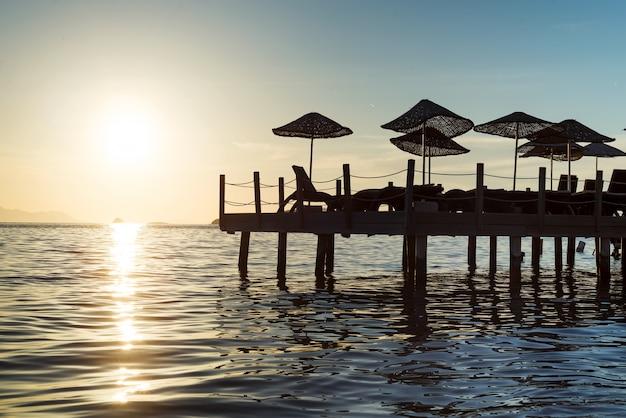 Alba del sole che sorge dall'orizzonte del mare. Foto Premium