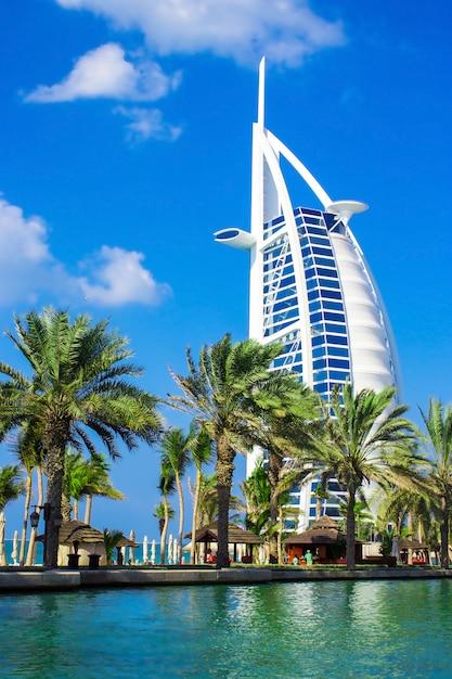 Albergo di lusso burj al arab a dubai, emirati arabi uniti. vista da abra. Foto Premium