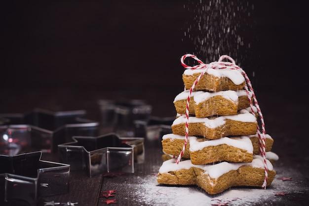 Albero del biscotto di natale fatto con il nuovo anno del pan di zenzero della taglierina del biscotto della stella pasrty Foto Gratuite