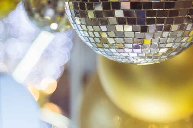 Albero di natale decorato con decoro sfera da discoteca specchio per buon natale Foto Premium