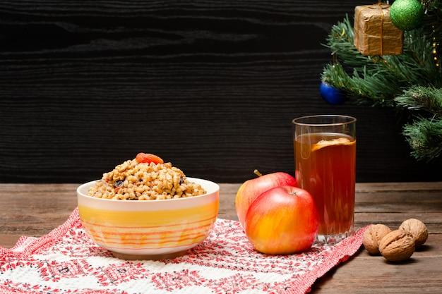 Albero di natale, mele, noci, bicchiere di composta Foto Premium