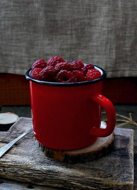 Albero rosso della tazza del lampone della bacca rustico Foto Premium