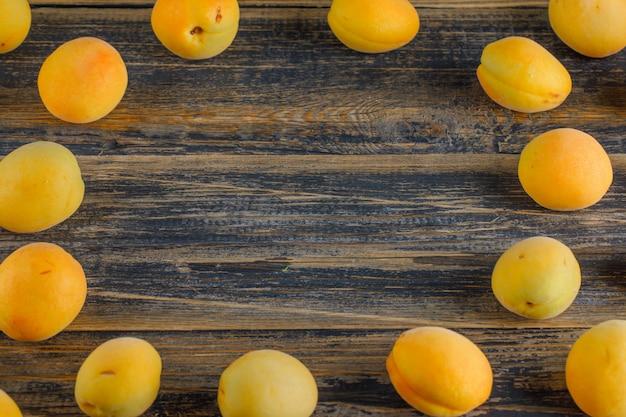 Albicocche su un tavolo di legno. vista dall'alto. Foto Gratuite