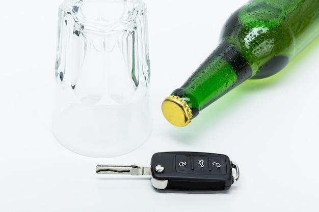 Alcol e chiavi della macchina Foto Premium