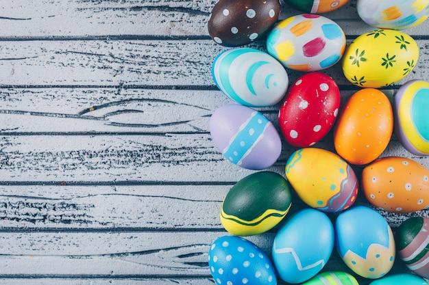 Alcune uova di pasqua su fondo di legno leggero Foto Gratuite