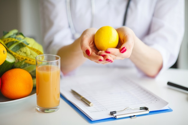 Alcuni frutti come mele, kiwi, limoni e frutti di bosco sul tavolo nutrizionista Foto Premium