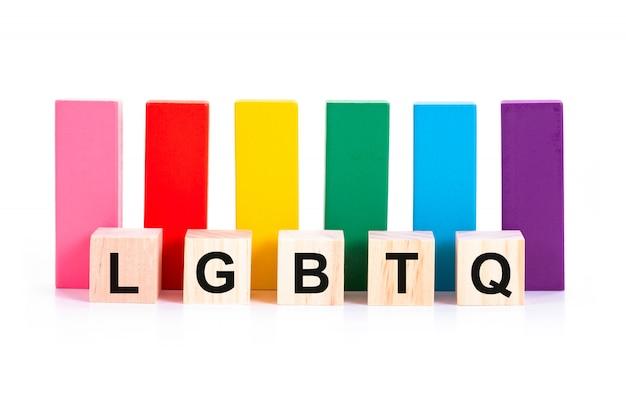 Alfabetico di lgbtq e blocco di legno colorato su sfondo bianco Foto Premium