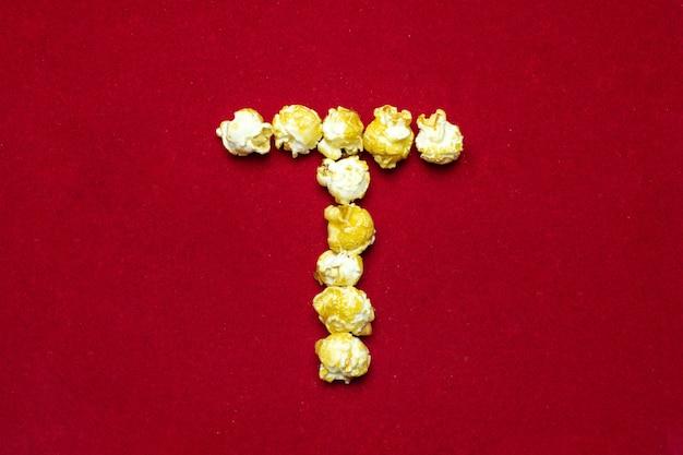 Alfabeto inglese da popcorn al cinema. lettera t. Foto Premium