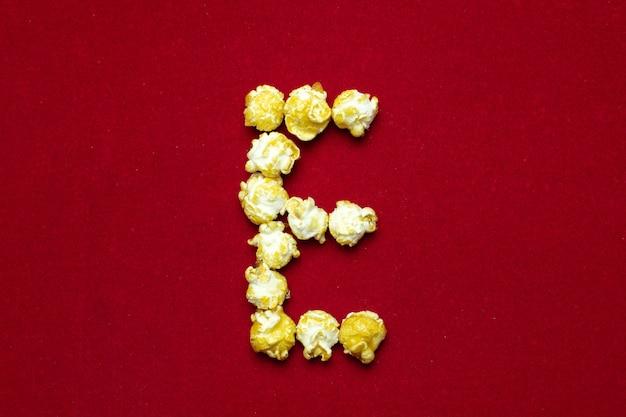 Alfabeto inglese da popcorn cinematografico con la lettera e Foto Premium