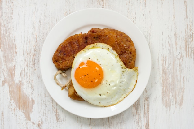 Alheira fritto con l'uovo sul piatto Foto Premium