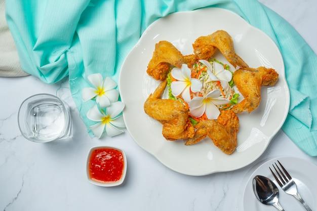 Ali fritte con salsa di pesce, splendidamente decorate e servite. Foto Gratuite
