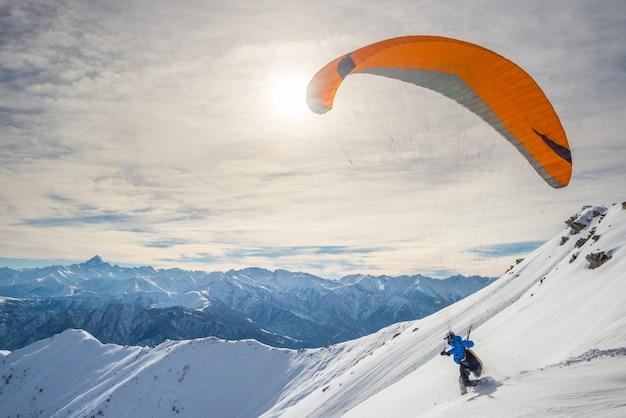 Aliante che lancia dal pendio nevoso Foto Premium