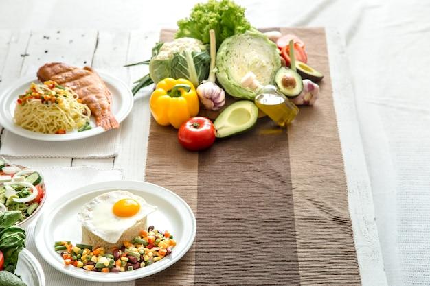 Alimenti biologici sani sul tavolo da pranzo Foto Gratuite