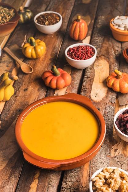 Alimento di autunno dell'angolo alto sulla tavola di legno Foto Gratuite