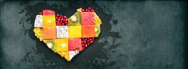 Alimento di concetto di dieta di frutta di simbolo del cuore Foto Premium