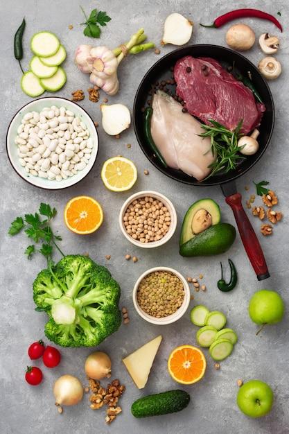 Alimento differente di dieta di vista superiore dell'alimento sano su una tavola leggera Foto Premium