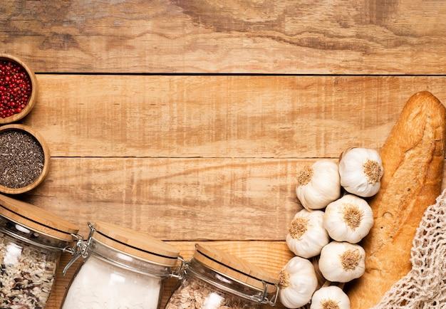 Alimento e semi sani su fondo di legno Foto Gratuite