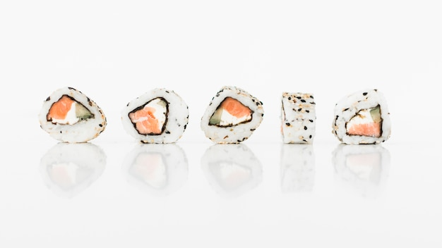 Alimento giapponese dei rotoli di sushi su fondo bianco Foto Gratuite