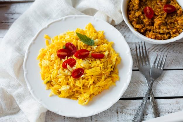Alimento indiano vegano con riso e pomodori Foto Gratuite