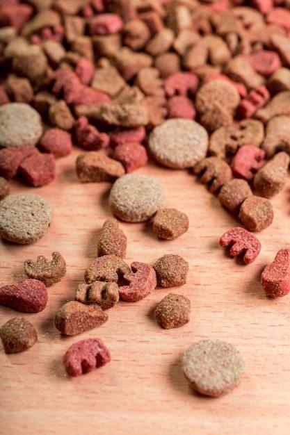 Alimento per animali domestici sul pavimento di legno Foto Premium